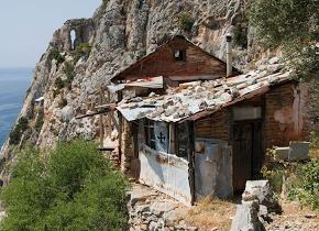 Οι ερημίτες μοναχοί που ζουν στην άκρη του γκρεμού στο Άγιον Όρος!!(Εικόνες)