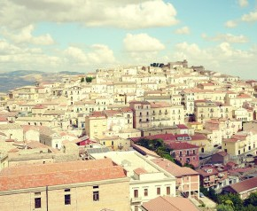 Ετοιμάστε βαλίτσες: Μια μικρή και παραμυθένια ιταλική πόλη δίνει μέχρι και 2.000 ευρώ μηνιαίως σε όποιον εγκατασταθείεκεί