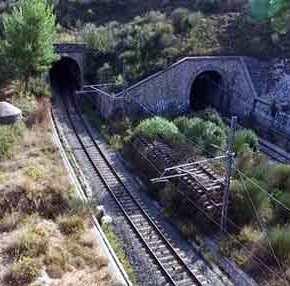 Τα πυροβολεία του Ι.Μεταξά για τον έλεγχο της σιδηροδρομικής γραμμής που ένωνε την Αττική με τη Β.Ελλάδα(βίντεο)