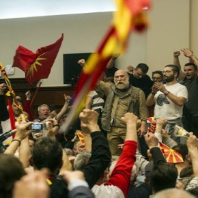 Μαζικές συλλήψεις στα Σκόπια- Η αντιπολίτευση κλείνει τους δρόμους μεαυτοκίνητα