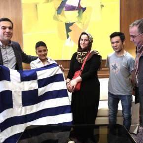 Στο Μαξίμου ο 11χρονος Αμίρ – μία ελληνική σημαία του δώρισε οπρωθυπουργός