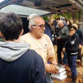 Μαζική διανομή ζεστού φαγητού και πόσιμου νερού στους πλημμυροπαθείς της Μάνδρας! Μόνο η Χρυσή Αυγή στο πλευρό των κατοίκων –ΒΙΝΤΕΟ