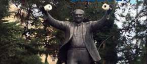 Θεσσαλονίκη: Κρέμασαν χαρτιά υγείας στο άγαλμα του ΑνδρέαΠαπανδρέου
