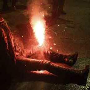«Πεδίο μάχης» η Αθήνα μετά την πορεία του Πολυτεχνείου – Φωτοβολίδα καρφώθηκε στο γόνατο δικηγόρου! (σκληρόβίντεο)