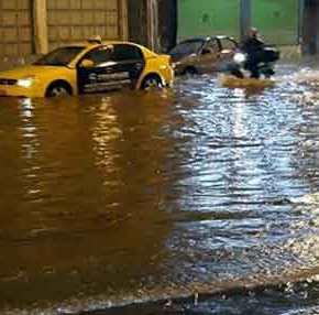 «Βουλιάζει» η Αθήνα – Αυτοκίνητα «κολυμπάνε» στο Κερατσίνι (βίντεο,εικόνες)