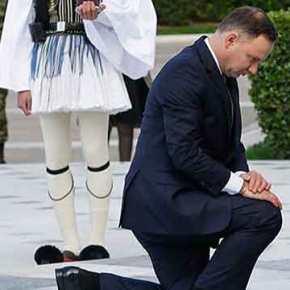 Ο Πολωνός πρόεδρος γονάτισε στον Άγνωστο Στρατιώτη και η ΕΡΤ τον μπέρδεψε με τον νεκρόΚατσίντσκι