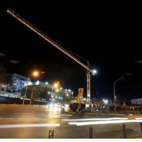 Θεσσαλονίκη: Φωταγωγήθηκαν για τα Χριστούγεννα τρεις μεγάλοι γερανοί σε εργοτάξια τουμετρό