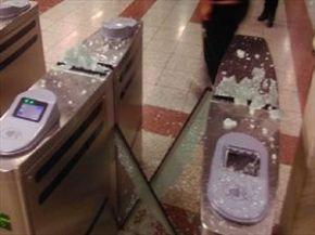 Κουκουλοφόροι διέλυσαν σταθμό τουΜετρό
