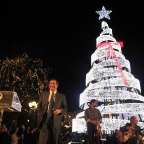 Σύνταγμα: Λαμπερή η φωταγώγηση του χριστουγεννιάτικου δέντρου