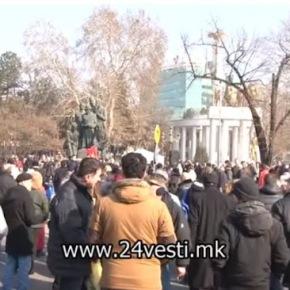 Σκόπια – Διαμαρτυρία: «Η Φιλία ξεχνιέται, ο Αλέξανδρος είναιαιώνιος»