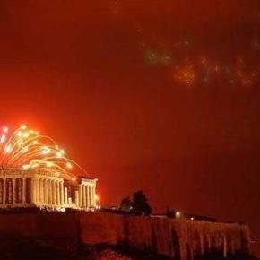 Η Αθήνα υποδέχτηκε το 2018 με το φως τηςΑκρόπολης