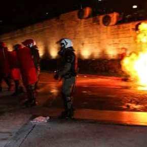 Άγριες συγκρούσεις διαδηλωτών και ΜΑΤ έξω από τη Βουλή [εικόνες &βίντεο]