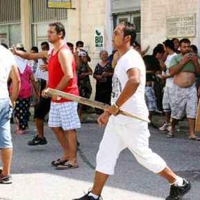 40 ρομά επιτέθηκαν σε ταξιτζή στην Λάρισα και έβριζαν την Ελλάδα! Το θύμα δεν αναγνώρισε τους δράστες από τον φόβοαντιποίνων