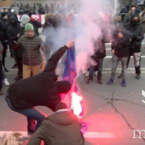 Διαμαρτυρία στα Σκόπια, έκαψαν τη σημαία τηςΕΕ