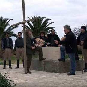 Σείεται η Κρήτη: Εφιπποι Κρητικοί τραγουδούν στον τάφο του Καζαντζάκη και γεμίζουν τα πλοία – Οι αλογατάρηδες ετοιμάζονται για νέοΘέρισο