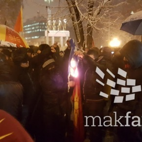 Σκόπια: Οι Σλάβοι έκαψαν την ελληνική σημαία μπροστά στοΚοινοβούλιο