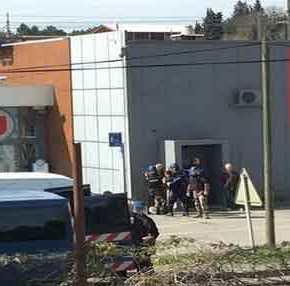 Δύο νεκροί από πυροβολισμούς τζιχαντιστή σε σουπερμάρκετ στην Γαλλία – Κρατάει ομήρους(upd)