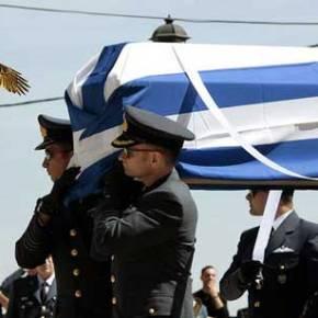 Η χήρα του ήρωα σμηναγού Γ. Μπαλταδώρου ψάλλει πάνω από το φέρετρο τον Εθνικό Ύμνο(βίντεο)