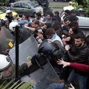 Eπεισόδια στο αντιπολεμικό συλλαλητήριο – Επιχείρησαν να ρίξουν το άγαλμα του Τρούμαν(φώτο-βίντεο)