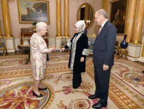 Όταν ο Ερντογάν συνάντησε τη Βασίλισσα Ελισάβετ – Η μόνη λέξη που κατάφερε να της πει .Διαδηλώσεις στο Λονδίνο – «Δεν είσαι ευπρόσδεκτος εδώ» έγραφαν τα πλακάτ για τον ΤούρκοΠρόεδρο