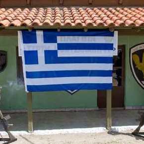 """Σεβασμός και τιμή σε αυτούς τους Έλληνες! Όταν η κόρη του ήρωα του Β"""" Παγκοσμίου Πολέμου Γεωργίου Κοντσαλάκη φίλησε την γαλανόλευκη(ΕΙΚΟΝΕΣ)"""