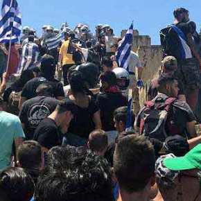 Εξοργισμένοι διαδηλωτές(;) επιχείρησαν να εισβάλουν στηΒουλή
