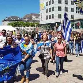 Έλληνες στη Γερμανία στο Lundenschied διαμαρτύρονται για την προδοτική συμφωνία των ΣυριζοΑνελ που ξεπουλάνε τηΜακεδονία