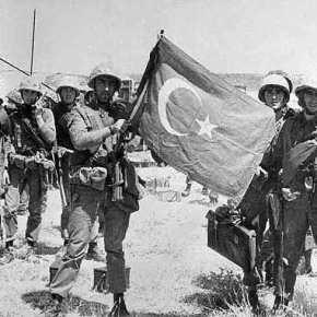 Ο Τουρκοκύπριος μικροπωλητής που άπλωνε την πραμάτεια έξω από στρατόπεδα της Εθνικής Φρουράς ήταν Τούρκος αντισυνταγματάρχης.