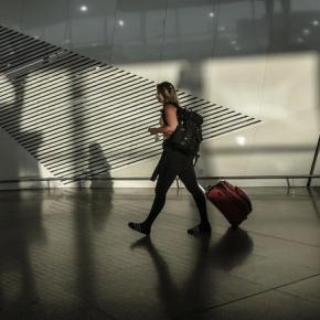 Handelsblatt: Οι Έλληνες φεύγουν, η χώρα εξακολουθεί ναματώνει