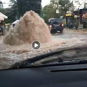 Τριτοκοσμική εικόνα: «Συντριβάνι» ξεπήδησε μέσα στον δρόμο στην Κηφισιά(βίντεο)