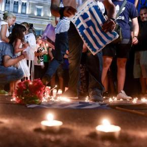 Πλήθος κόσμου στο Σύνταγμα για τους νεκρούς στο Μάτι-φωτό