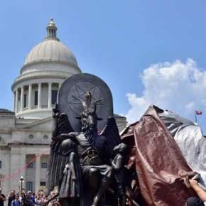 ΗΠΑ: Άγαλμα του Σατανά σε κυβερνητικό κτίριο στοΑρκάνσας
