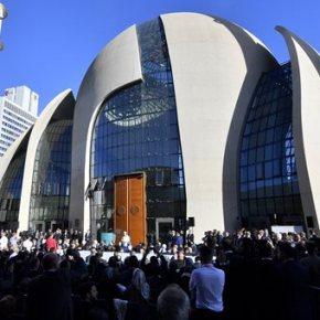 Ο Ερντογάν εγκαινίασε ένα από τα μεγαλύτερα τζαμιά στην ΕΕ.