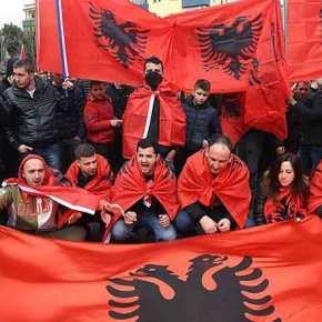 Εκτός ορίων οι Αλβανοί εθνικιστές ενόψει εθνικής επετείου: Πορεία διαμαρτυρίας για τα ελληνικά νεκροταφεία – Κατηγορούν την Ελλάδα για«γενοκτονία»