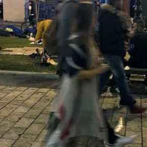 Ισλαμαμπάντ η Θεσσαλονίκη – Παράνομοι μετανάστες στρώνουν και κοιμούνται στην πλατεία Αριστοτέλους(φωτό-βίντεο)