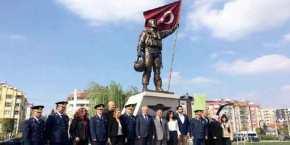 """Έστησαν άγαλμα για τον Τούρκο πιλότο του F-16 που """"κατερρίφθη"""" από ελληνικά Mirage 2000 μετά την κρίση των Ιμίων![pics]"""