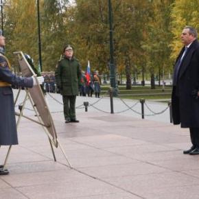 Ο ΥΕΘΑ κατέθεσε στεφάνι στο μνημείο του Άγνωστου Στρατιώτη στο Κρεμλίνο – ΦΩΤΟ –BINTEO