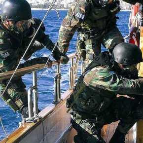 Βίντεο που «κόβει» την ανάσα: Kαρέ-καρέ το ρεσάλτο των βατραχανθρώπων στο ναρκώπλοιοOLA