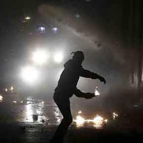 «Κόλαση» στα Εξάρχεια: Πετούν μολότοφ από τις ταράτσες -Δύοτραυματίες