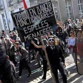 Bίντεο: Οι Γάλλοι αστυνομικοί βγάζουν τα κράνη και στηρίζουν τα «κίτρινα γιλέκα» – «Κλονίζεται» η προεδρίαΜακρόν