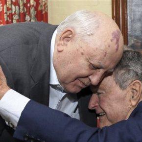 Ο Γκορμπατσόφ τιμά τον Μπους για την συμβολή στο τέλος του Ψυχρού Πολέμου.