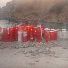 Ένα κερί στη μνήμη της άτυχης Ελένης άναψαν κάτοικοι της Ρόδου στην παραλία της φρίκης[εικόνες]