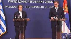 Με τα χέρια στις τσέπες, το βλέμμα στο κενό και τα πόδια ανοιχτά ο Τσίπρας στις δηλώσεις με τον σέρβοπρόεδρο!