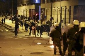 ΕΚΤΑΚΤΟ: Επίθεση σε κλούβα των ΜΑΤ έξω από τηνΑΣΟΕΕ