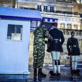 Στο κρύο και τα χιόνια οι Εύζωνες είναι εκεί: Περήφανοι μπροστά στο Μνημείο του ΆγνωστουΣτρατιώτη