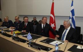 NATO: Με χαμόγελα και «καλό κλίμα» η συνάντηση Αποστολάκη – Ακάρ –ΦΩΤΟ