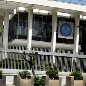 Τούρκος υπήκοος σκαρφάλωσε τα κάγκελα και εισέβαλε στην αμερικανική πρεσβεία.