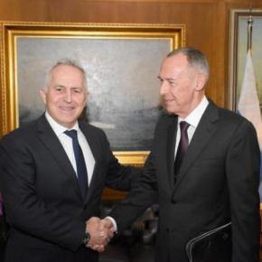ΥΠΕΘΑ: Τετ-α-τετ Αποστολάκη με τον Πρέσβη της Ρωσίας –ΦΩΤΟ