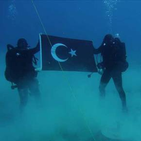 Ασύλληπτη πρόκληση από τους Τούρκους: Κομάντος SAS άπλωσαν την τουρκική σημαία στο βυθό τηςΣούδας