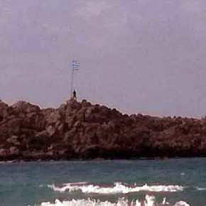 Άθλος: Κολύμπησε μέχρι το νησάκι για να τοποθετήσει μία καινούργια ελληνική σημαία για την 25η Μαρτίου – Δείτε τοβίντεο